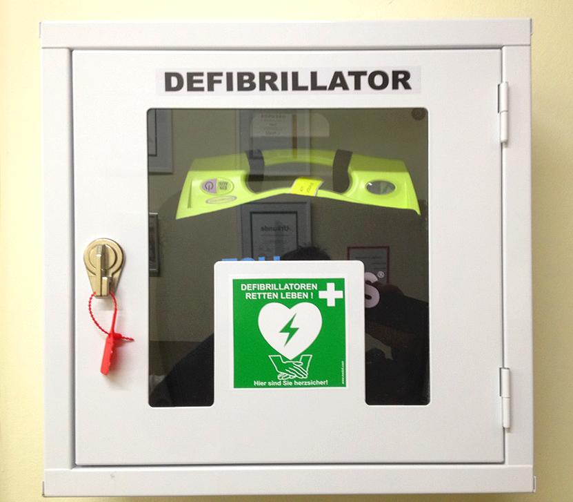 Der Defibrillator im Wandschrank